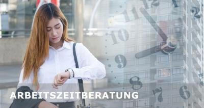 Arbeitszeitberatung - Junge Frau blickt auf die Armbanduhr