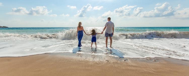 Urlaubsplanung mit vielen Teilzeitkräften - Familie am Strand