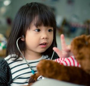 Dienstplanwünsche im Team - Kind verarztet Teddybär