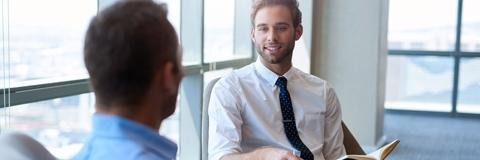 Führungssprechstunde und Persönliches Coaching - Junger Mann im Gespräch mit einem Coach