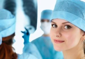Krankenhäuser - Junge OP-Hilfe blickt nach vorn