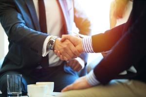 Vertrauensarbeitszeit - zwei Mtarbeiter geben sich die Hand