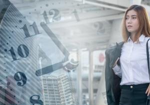 Banken - Junge Frau im Business-Look
