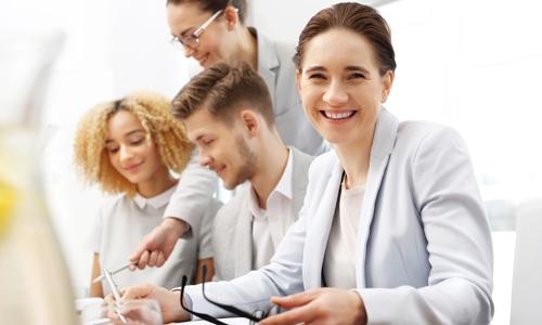 Servicezeit Modelle - zufriedene Mitarbeiterin im Team