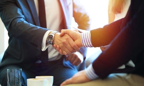 Vertrauensarbeitszeit - Handschlag unter Kollegen